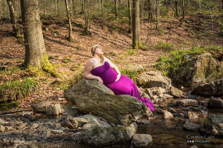 séance photo future maman dans les bois Photographe Séance photo avec robe en extérieur dans les bois Photographe future maman Belgique